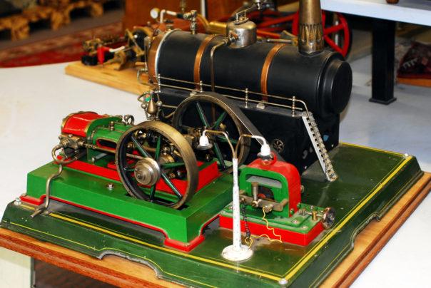Foto eines großen Dampfmaschinenmodells