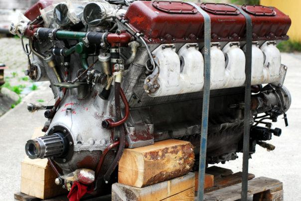 Foto eines Panzermotors bei Anlieferung